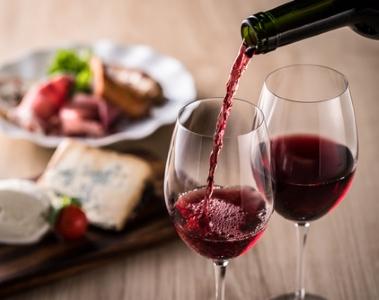 vin rouge lacave assiette mets